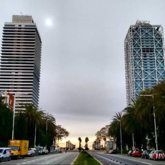 Barcelona Autrement - Le port olympique - Les deux tours dans les nuages