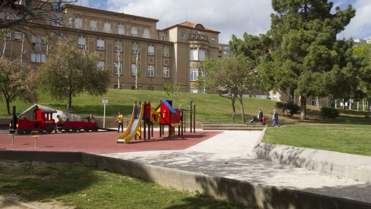 """Aire de jeux et derrière, le pavillon """"Azul"""", toujours utilisé pour la gynécologie et l'obstétrique - Photo  Ajuntament de Barcelona"""